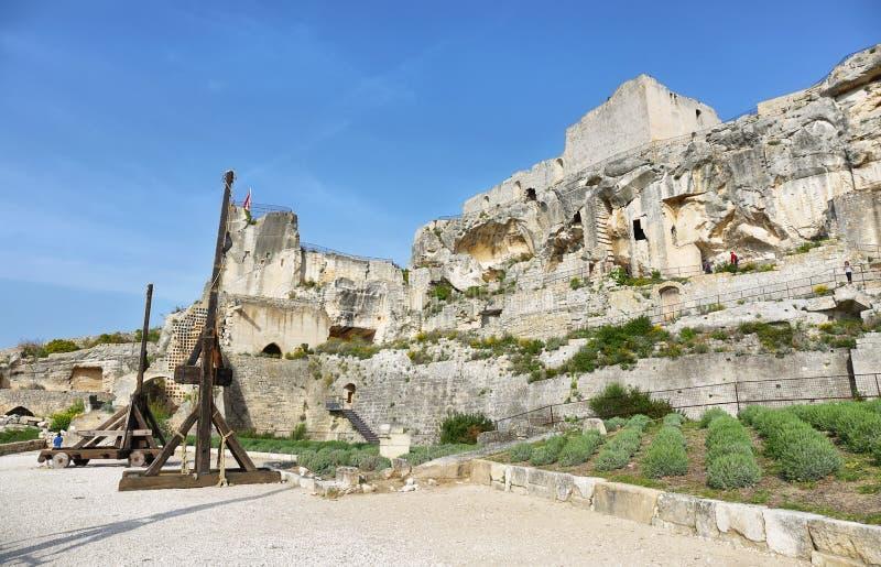 Castillo Les Baux de-Provence en la primavera, Provence, Francia imagenes de archivo
