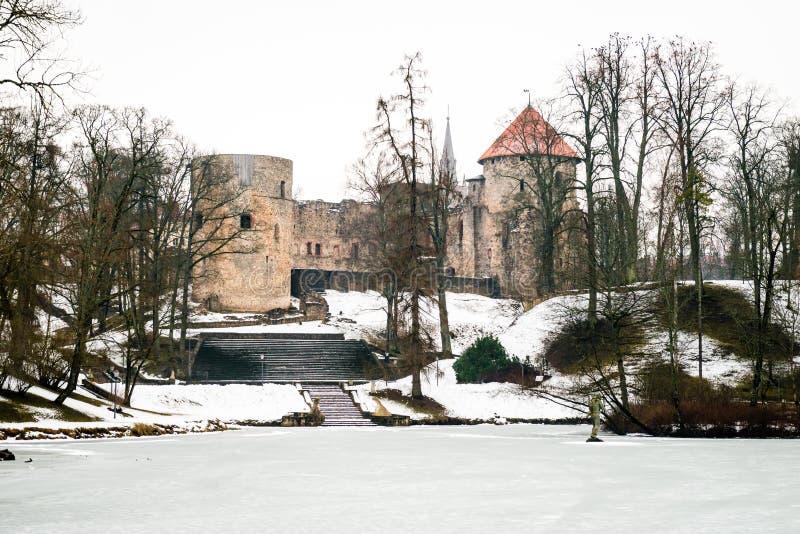Castillo medieval de Cesis en invierno en Letonia fotografía de archivo libre de regalías