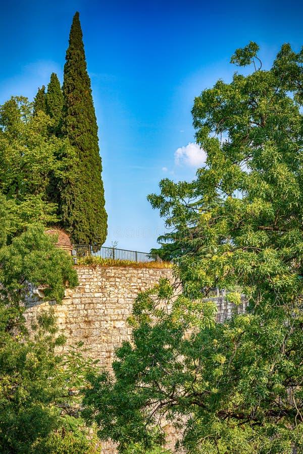 Castillo medieval de la ciudad de Brescia con león alado que lleva un libro fotografía de archivo