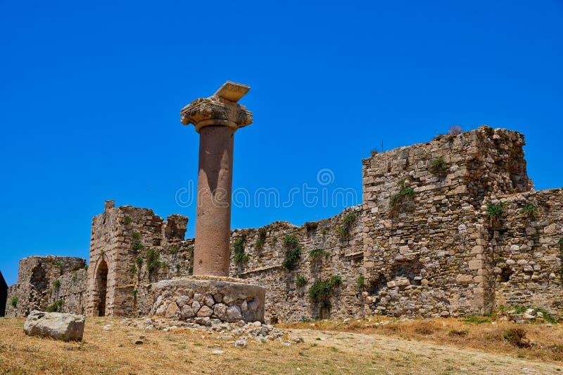 Castillo medieval de Methoni, paredes de piedra y columna, Grecia foto de archivo libre de regalías