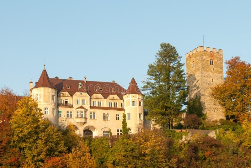 Castillo medieval del cuento de hadas en una colina en Baviera durante caída imagenes de archivo