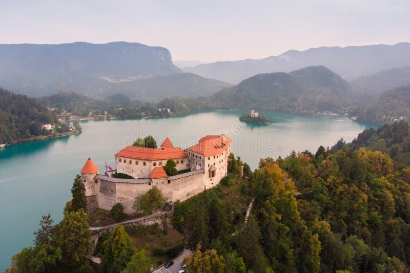 Castillo medieval en el lago Bled en Eslovenia fotos de archivo