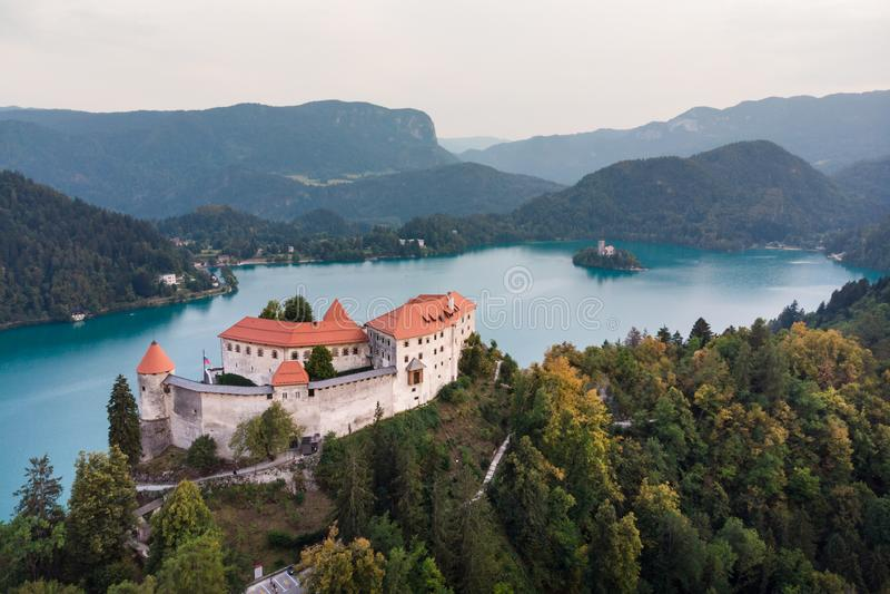 Castillo medieval en el lago Bled en Eslovenia imagen de archivo libre de regalías