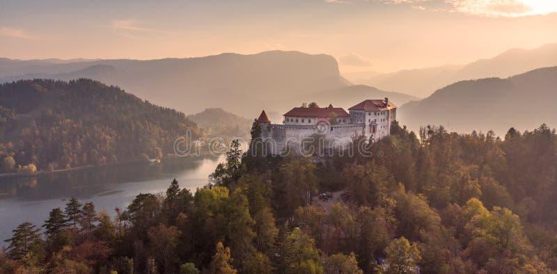Castillo medieval en el lago Bled en Eslovenia en otoño foto de archivo libre de regalías