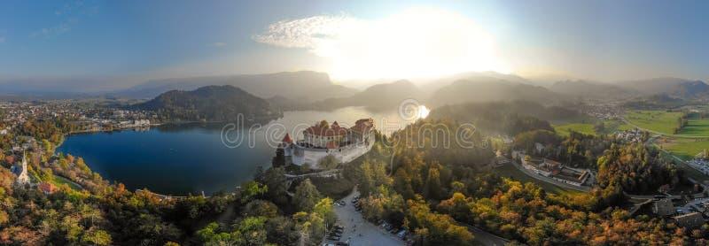 Castillo medieval en el lago Bled en Eslovenia en oto?o foto de archivo