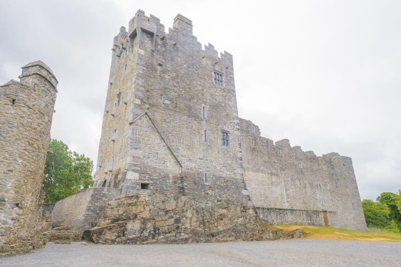 Castillo medieval en el parque nacional de Killarney en Irlanda fotografía de archivo