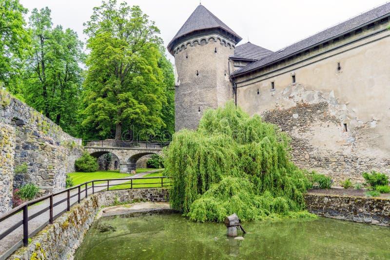 Castillo medieval en el pueblo del mezirici de Velke foto de archivo