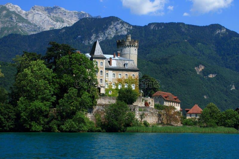 Castillo medieval en una pequeña isla en la col rizada St Bernard de Francia del lago annecy imagen de archivo