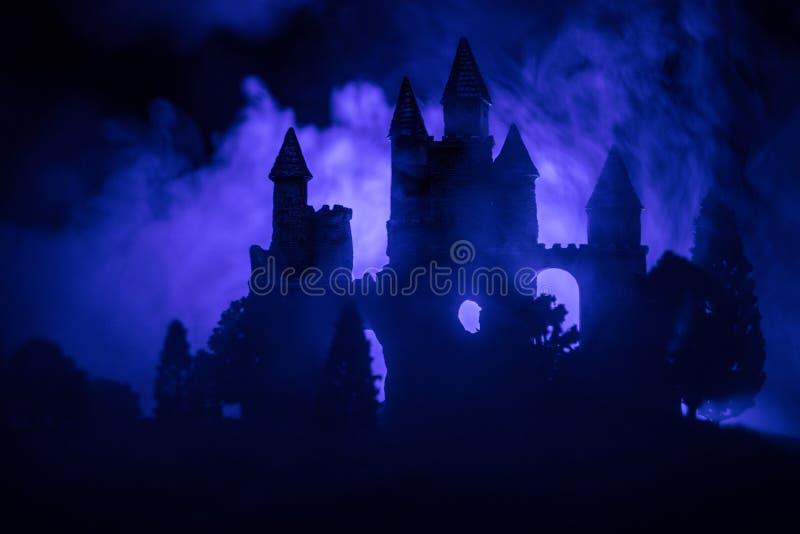 Castillo medieval misterioso en una Luna Llena brumosa Castillo viejo abandonado del estilo gótico en la noche fotografía de archivo