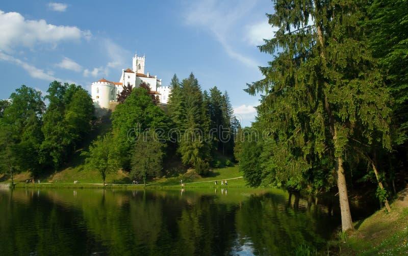 Castillo medieval sobre escena del lago foto de archivo