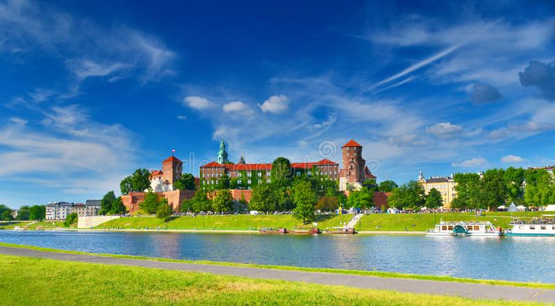 Castillo medieval Wawel en el alto verano, Kraków, Polonia fotografía de archivo