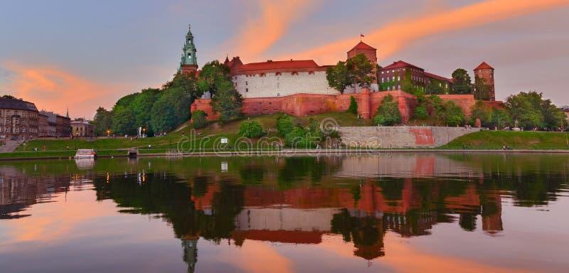Castillo medieval Wawel en el alto verano, Kraków, Polonia foto de archivo