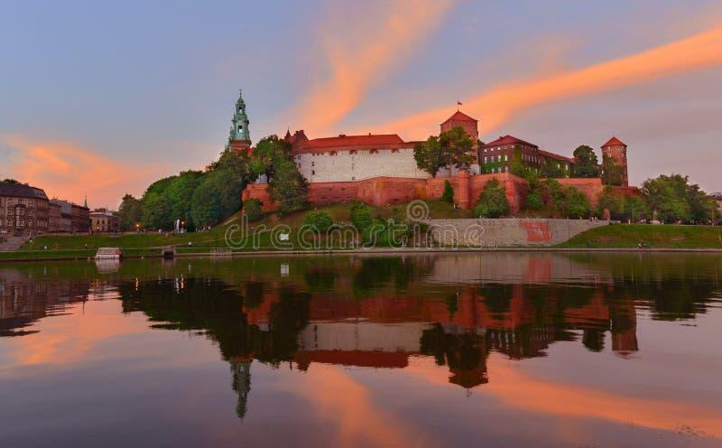 Castillo medieval Wawel en el alto verano, Kraków, Polonia imagen de archivo