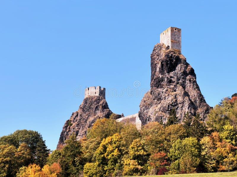 Castillo misterioso, dos torres fotografía de archivo