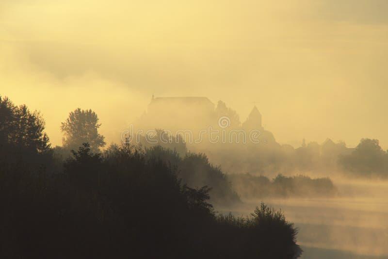 Castillo misterioso en otoño de niebla fotos de archivo libres de regalías