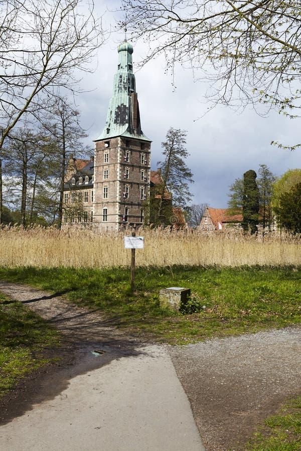 Castillo Moated Raesfeld Alemania - calzadas imágenes de archivo libres de regalías
