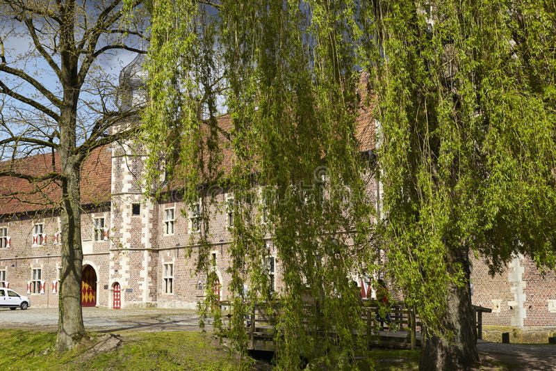 Castillo Moated Raesfeld Alemania - sauce que llora fotos de archivo