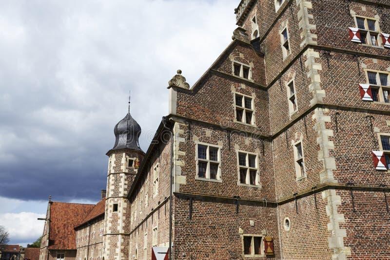 Castillo Moated Raesfeld Alemania - Sun y nubes foto de archivo
