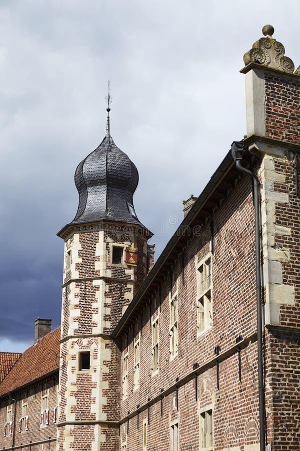 Castillo Moated Raesfeld Alemania - Sun y nubes imágenes de archivo libres de regalías
