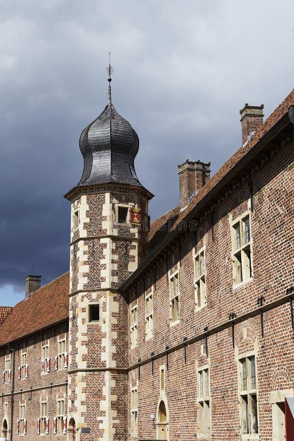 Castillo Moated Raesfeld Alemania - Sun y nubes fotos de archivo