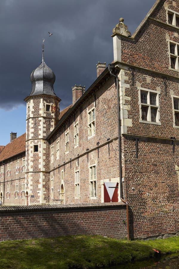 Castillo Moated Raesfeld Alemania - Sun y nubes imagenes de archivo