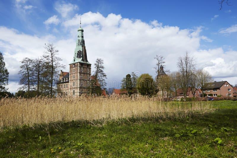Castillo Moated Raesfeld Alemania - visión total imagen de archivo