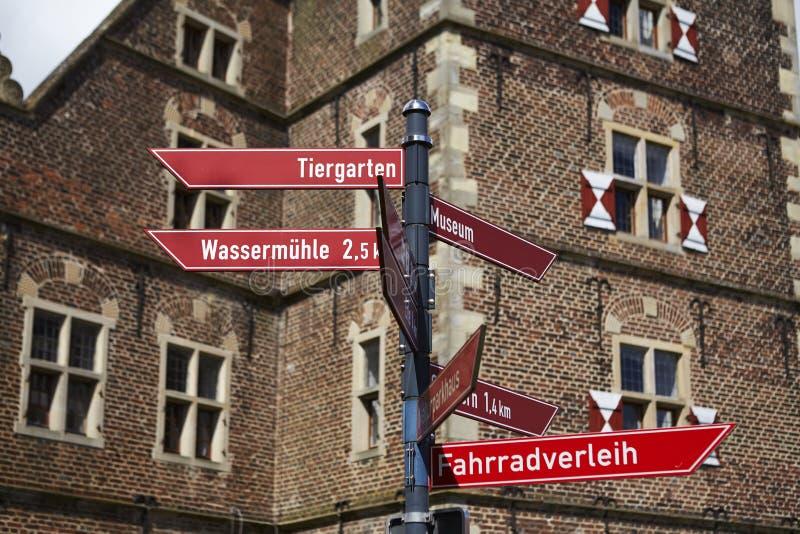 Castillo Moated Raesfeld - poste indicador imagenes de archivo
