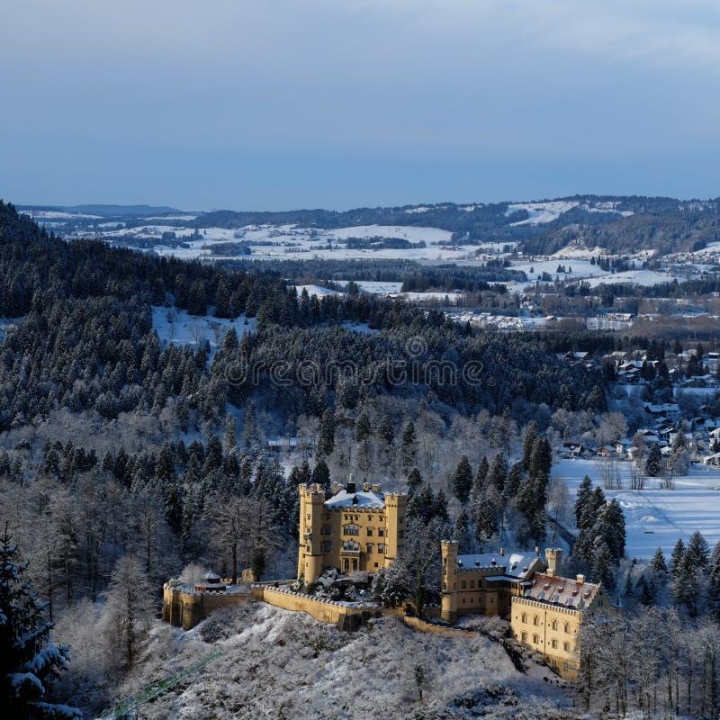 Castillo Nevado Hohenschwangau durante invierno fotos de archivo