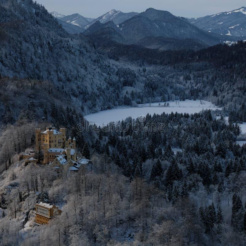 Castillo Nevado Hohenschwangau durante invierno imagenes de archivo