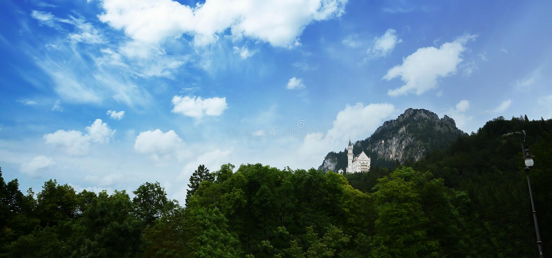 Castillo pintoresco de Neuschwanstein del paisaje de la naturaleza, rodeado con colores del verano durante en las montañas bávara imagenes de archivo