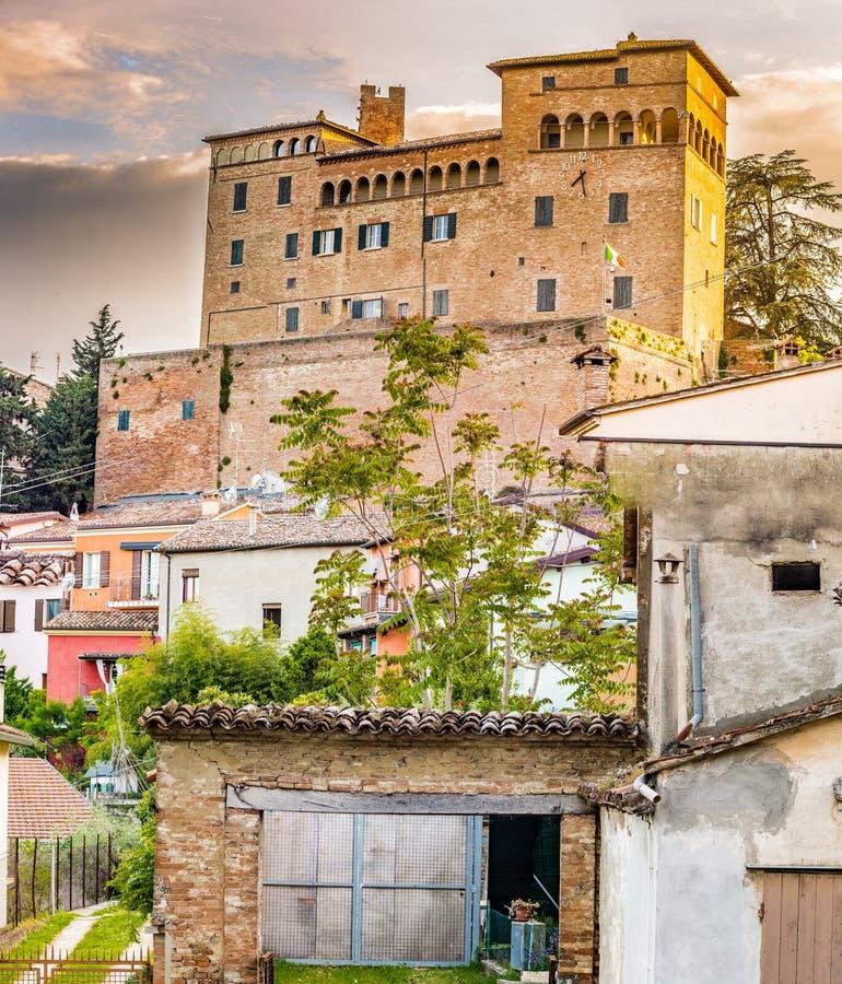 castillo que pasa por alto las casas coloridas foto de archivo
