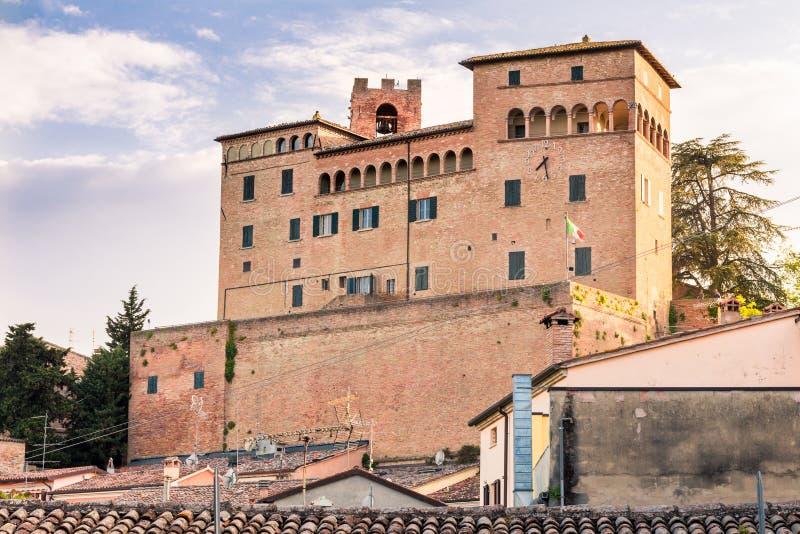 castillo que pasa por alto las casas coloridas fotos de archivo libres de regalías