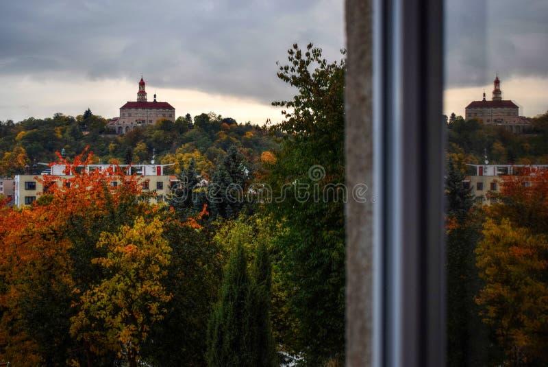 Castillo que refleja en ventana fotografía de archivo