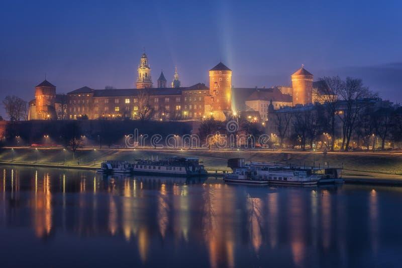 Castillo real de Wawel en Kraków en la noche, el río Vistula, Polonia fotos de archivo