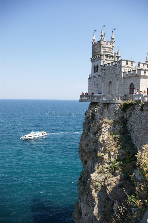 Castillo, roca, nave y mar imagenes de archivo