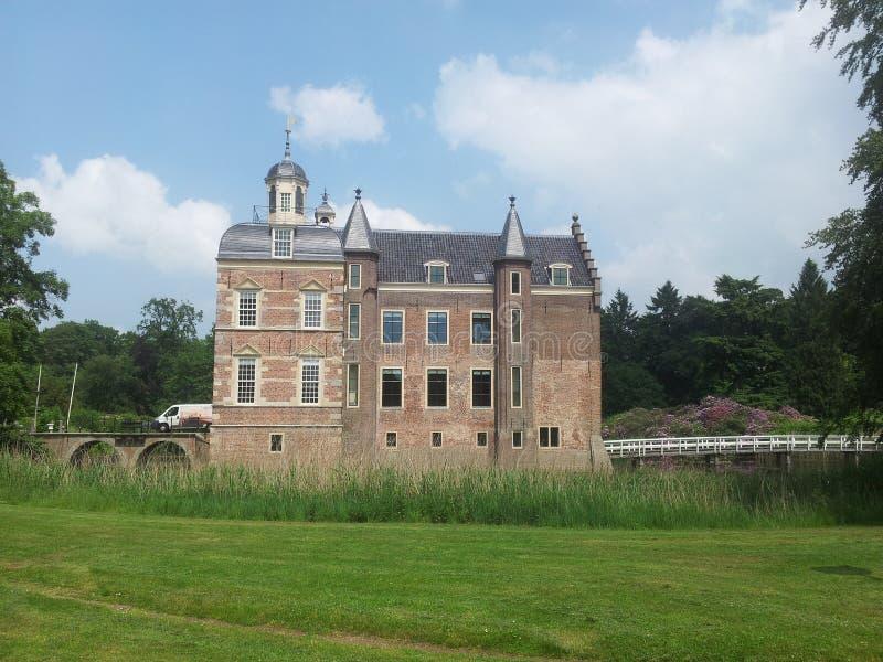 Castillo rodeado por una castillo-fosa imágenes de archivo libres de regalías