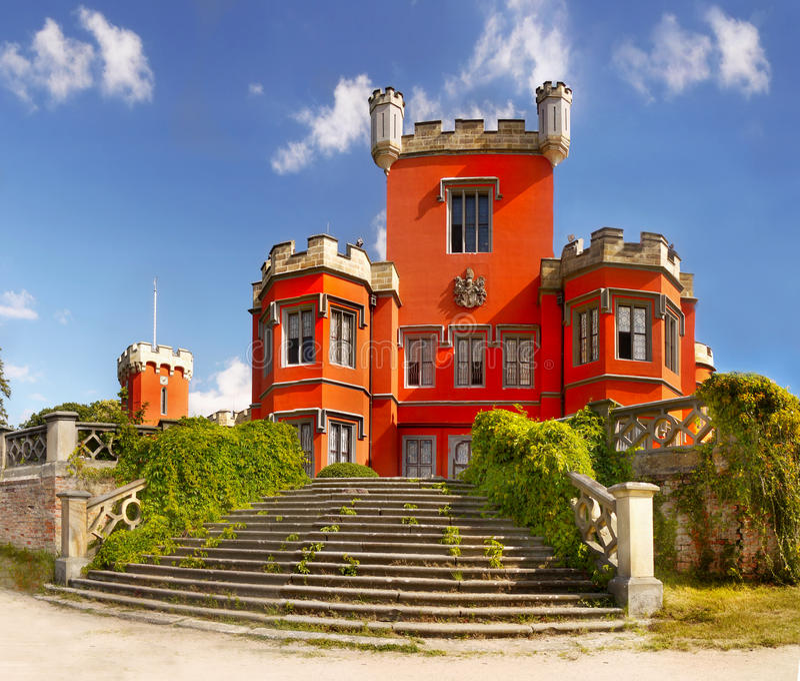 Castillo romántico, castillo francés del cuento de hadas foto de archivo libre de regalías