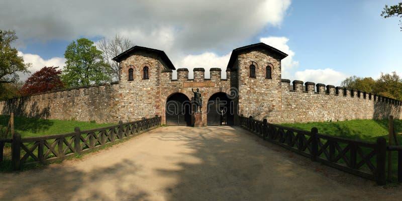 Castillo romano Saalburg en el mountai alemán de Taunus fotos de archivo