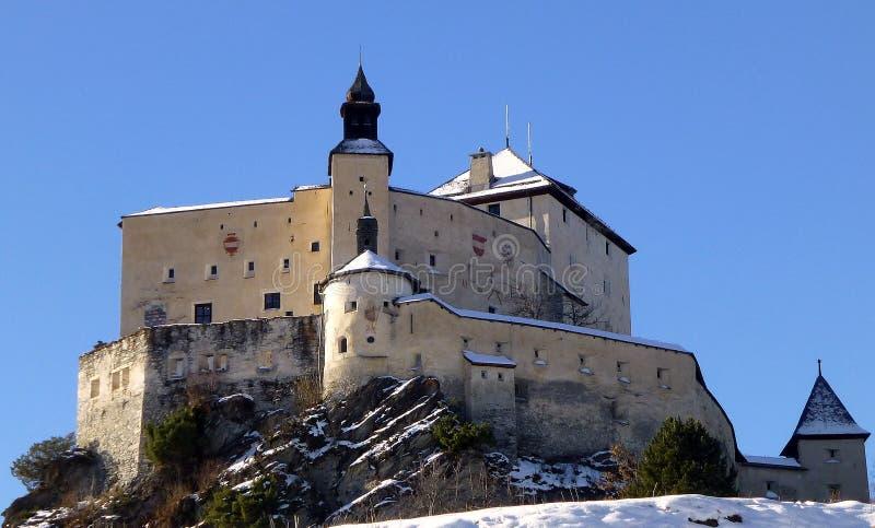 Castillo Tarasp en el invierno, Suiza foto de archivo libre de regalías