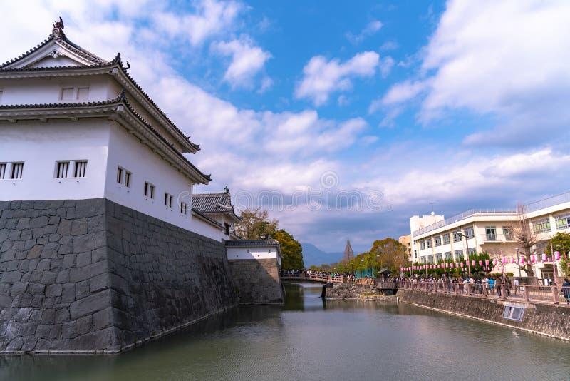 Castillo Tatsumi-Yagura de Sunpu durante las flores de cerezo imagen de archivo