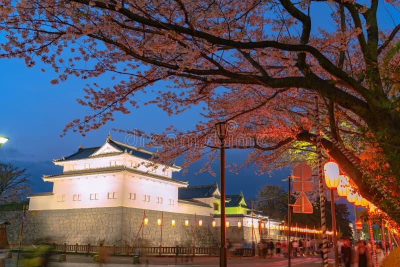 Castillo Tatsumi-Yagura de Sunpu durante las flores de cerezo imagenes de archivo