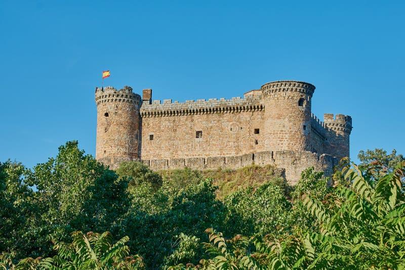 Castillo viejo con una bandera española fotografía de archivo