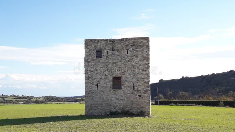 Castillo viejo de Chipre del monumentum de la montaña de la hierba verde del cielo azul de la hermosa vista imagen de archivo libre de regalías