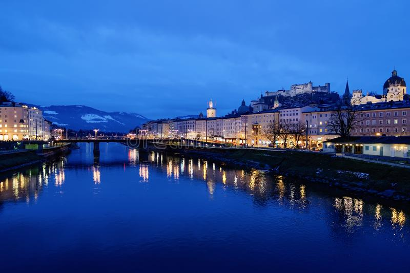 Castillo viejo de Hohensalzburg de la ciudad cerca de la tarde de Salzburg del río de Salzach fotografía de archivo