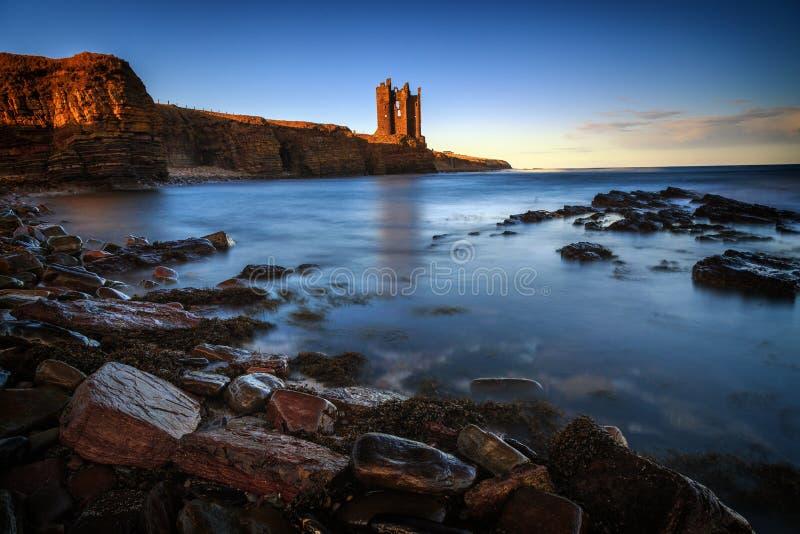 Castillo viejo de Keiss, montañas, Escocia fotos de archivo