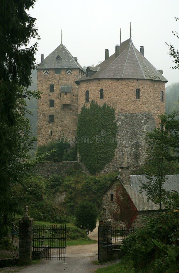 Castillo viejo en la montaña de Ardennes - Bélgica. fotos de archivo