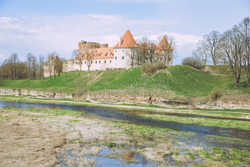 Castillo viejo en Letonia, Bauska imagen de archivo