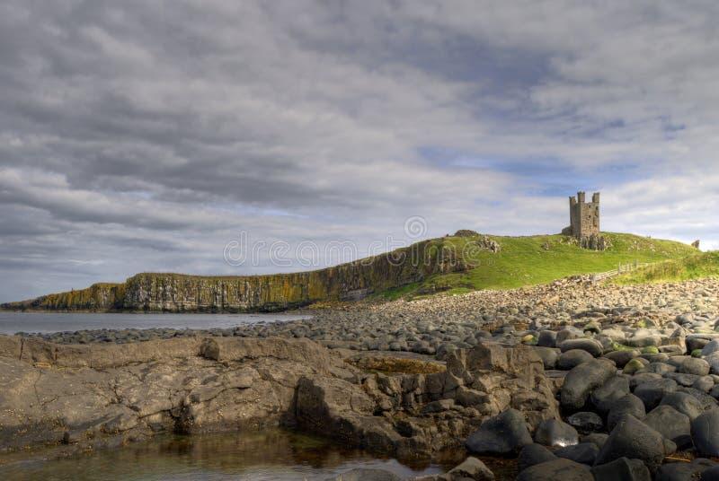 Castillo y costa de Dunstanburgh imagen de archivo