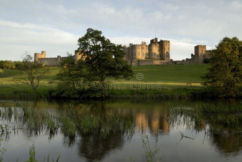 Castillo y el río Aln de Alnwick fotografía de archivo libre de regalías