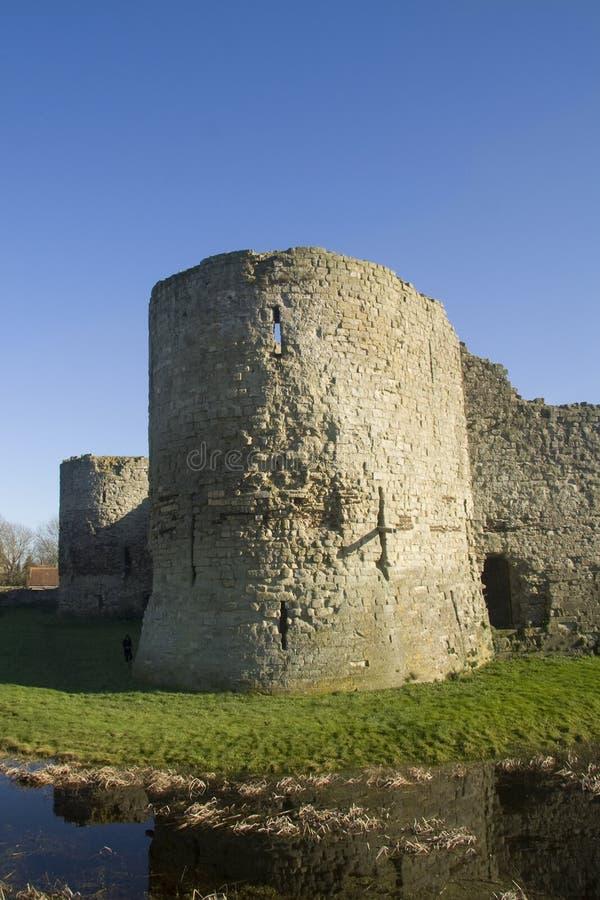 Castillo y fosa de Pevensey fotografía de archivo libre de regalías